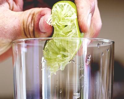 Limão sendo espremido no Copo